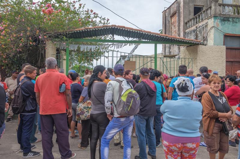 Ceux qui attendent l'ouverture du marché aux légumes à Pinar del Rio