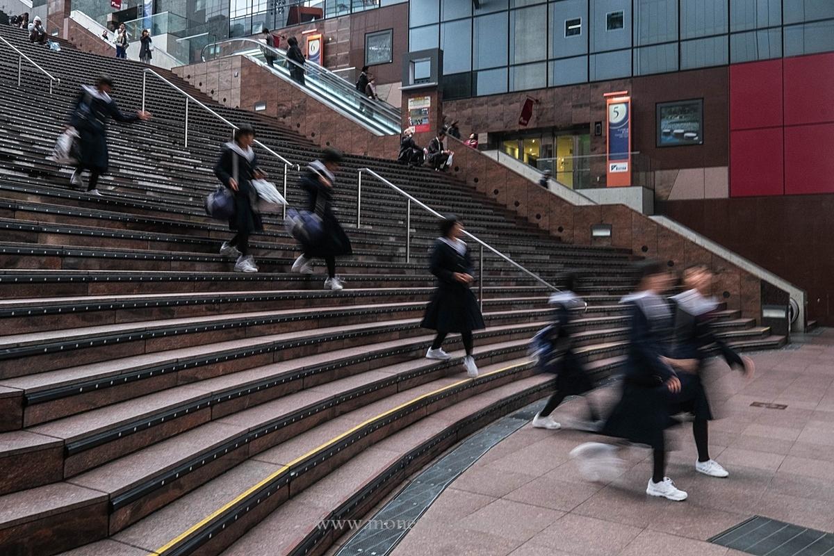 Etudiantes japonaises dans l'immense escalier de cette gare