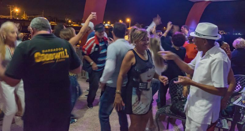 Quand la musique traditionnelle est abandonnée, on achète ses bouteilles de rhum au bar et on va danser ...