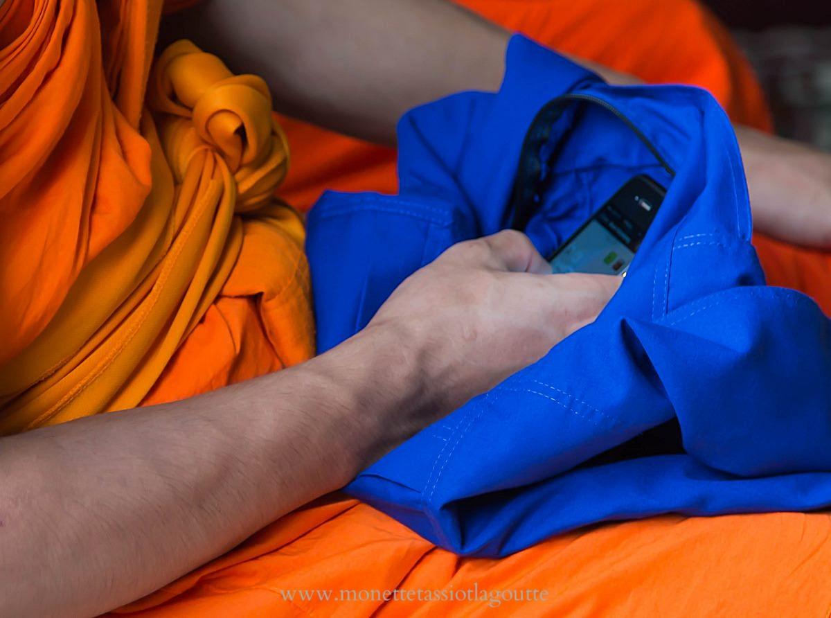 Wat That Luang , indispensable mobile même pendant la cérémonie