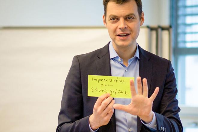 Christopher Schneider in einem Workshop für Führungskräfte, impro-consult