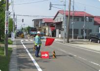 道路工事現場での交通誘導の様子(燕市内)