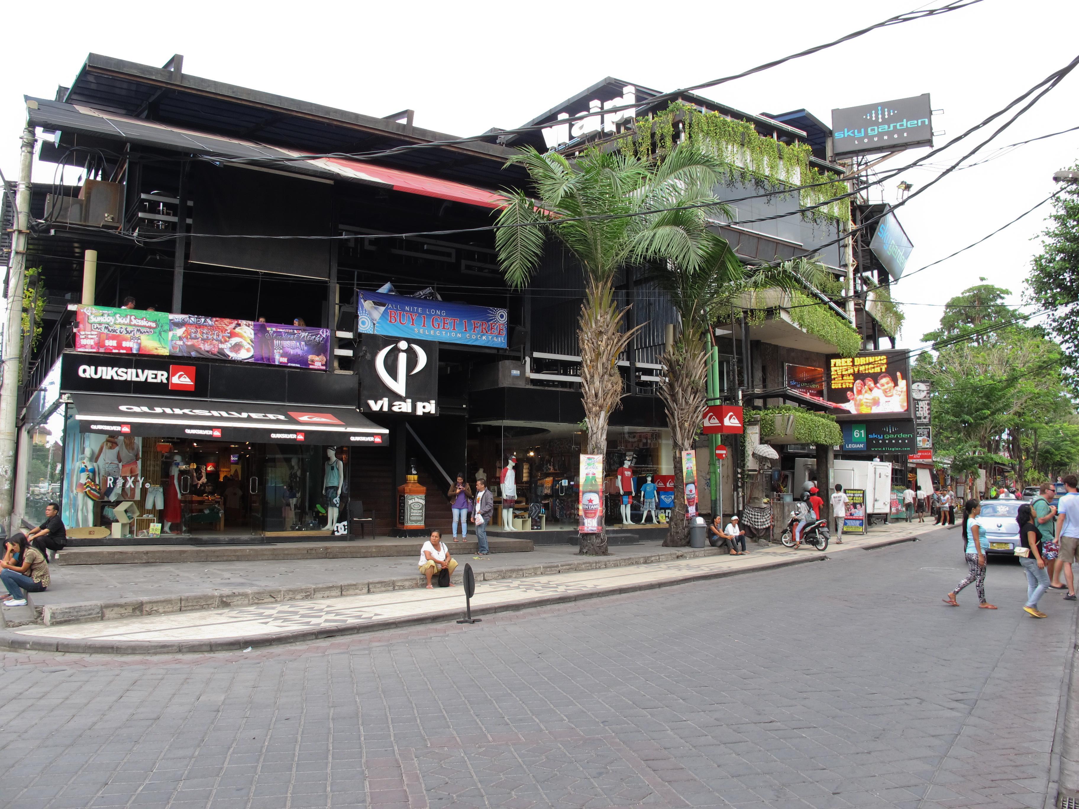 Legian Street a Kuta, Bali. La via del divertimento notturno. (photo by Gabriele Ferrando)