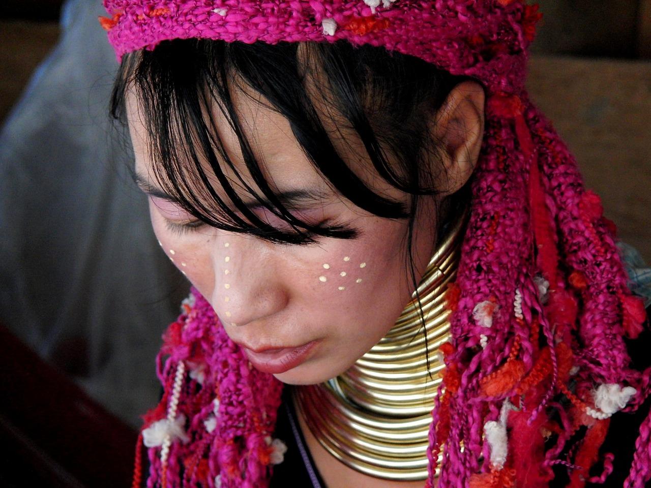 Donna Giraffa, orribile termine per indicare le donne di etnia Kayan, nel Triangolo d'Oro in Thailandia