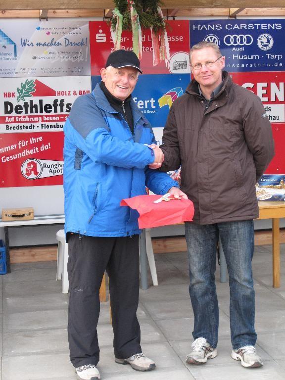 5.11.2011 - Schlüsselübergabe vom Vereinsvorsitzenden Arno Borchardt (re.) an den Spartenleiter Boule Manfred Habenicht (li.)