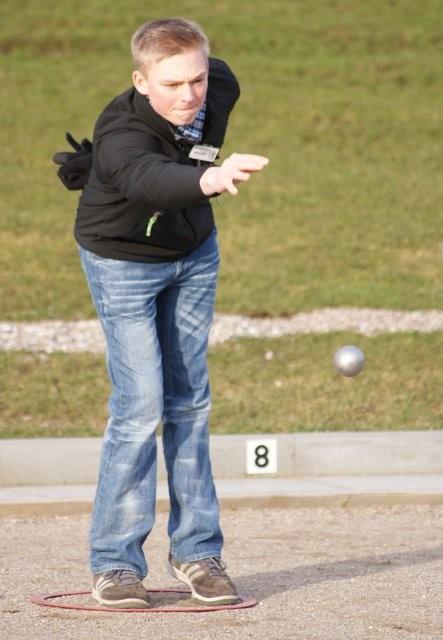3.3.2012 - Der erst 17jährige Michel Martensen, der jüngste der Geest-Bouler, beim Wurf.