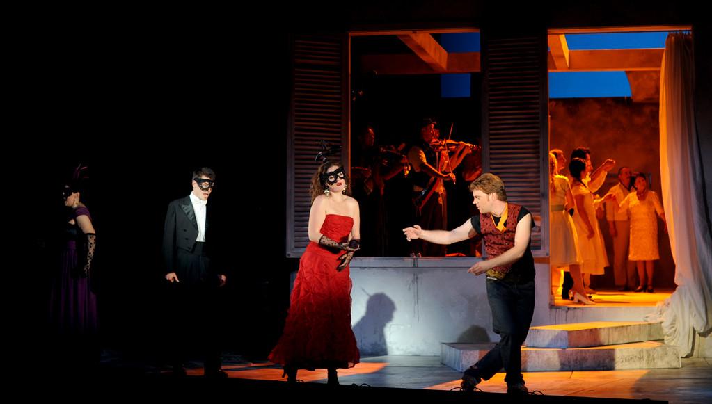 Don Giovanni (Leporello) Zwickau 2010 Foto Peter Awtukowitsch; mit Juliane Schenk (Elvira), Kathrin Kapplusch (Anna) und Joshua Whitener (Ottavio)