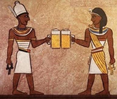 Bier war schon im alten Ägypten ein Grundnahrungsmittel aller Bevölkerungsschichten, einschließlich des Königshauses. Selbst die Arbeiter für den Pyramidenbau erhielten täglich zwei Krüge Bier