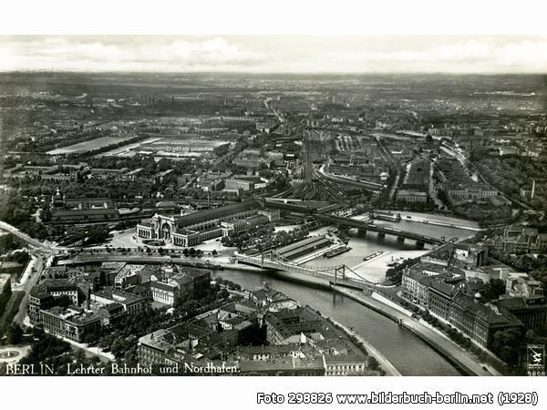 Auf dem Bild aus den 1920er Jahren sieht man in der Mitte den Lehrter Bahnhof. Auf der Rückseite der Bahnhofshalle befindet sich der Lehrter Stadtbahnhof, dessen Gleise senkrecht zu den Gleisen des Fernbahnhofs verlaufen.