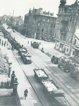 Überführung der Leichen am 2. Mai 1945 auf der Hildesheimer Straße
