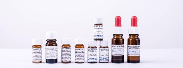 Foto von verschiedenen homöopathischen Mitteln in Glasflaschen.