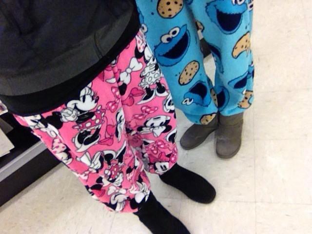 Ratet mal wer da in Minnie-Mousehose und Krümelmonsterhose einkaufen geht. JA das ist hier erlaubt!