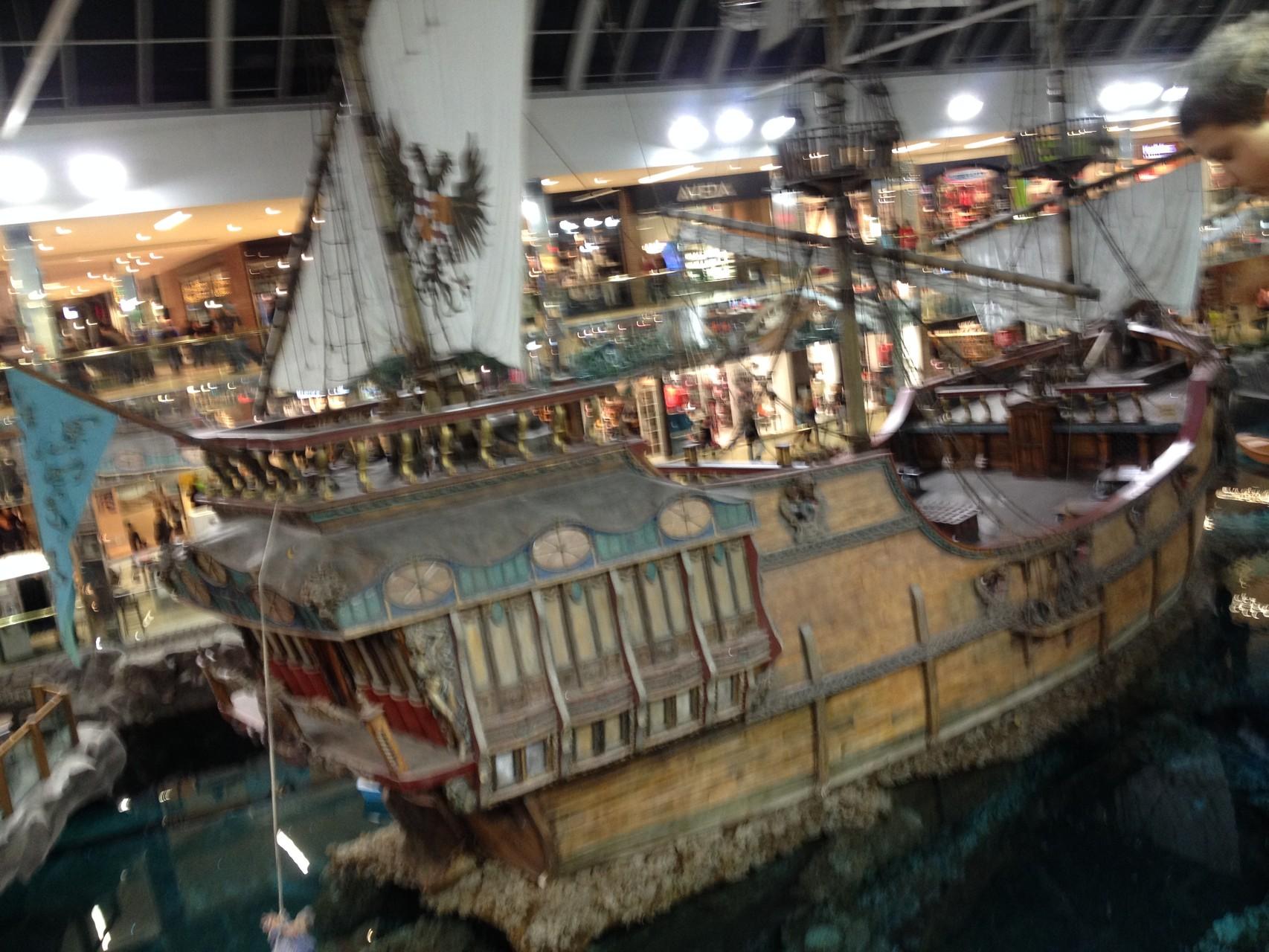 größte Mall Nordamerikas - inklusive Schiff, Minigolfplatz, Hotel, Wasserpark...