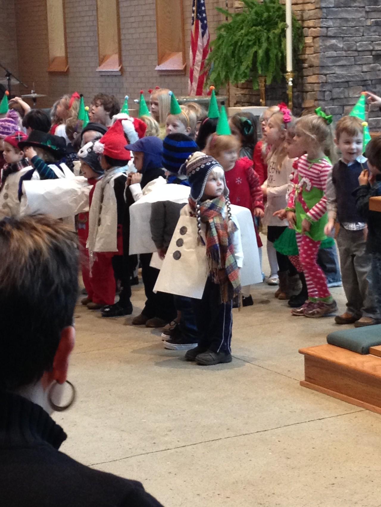 M. bei der Weihnachtsfeier seiner Preschool als Schneemann