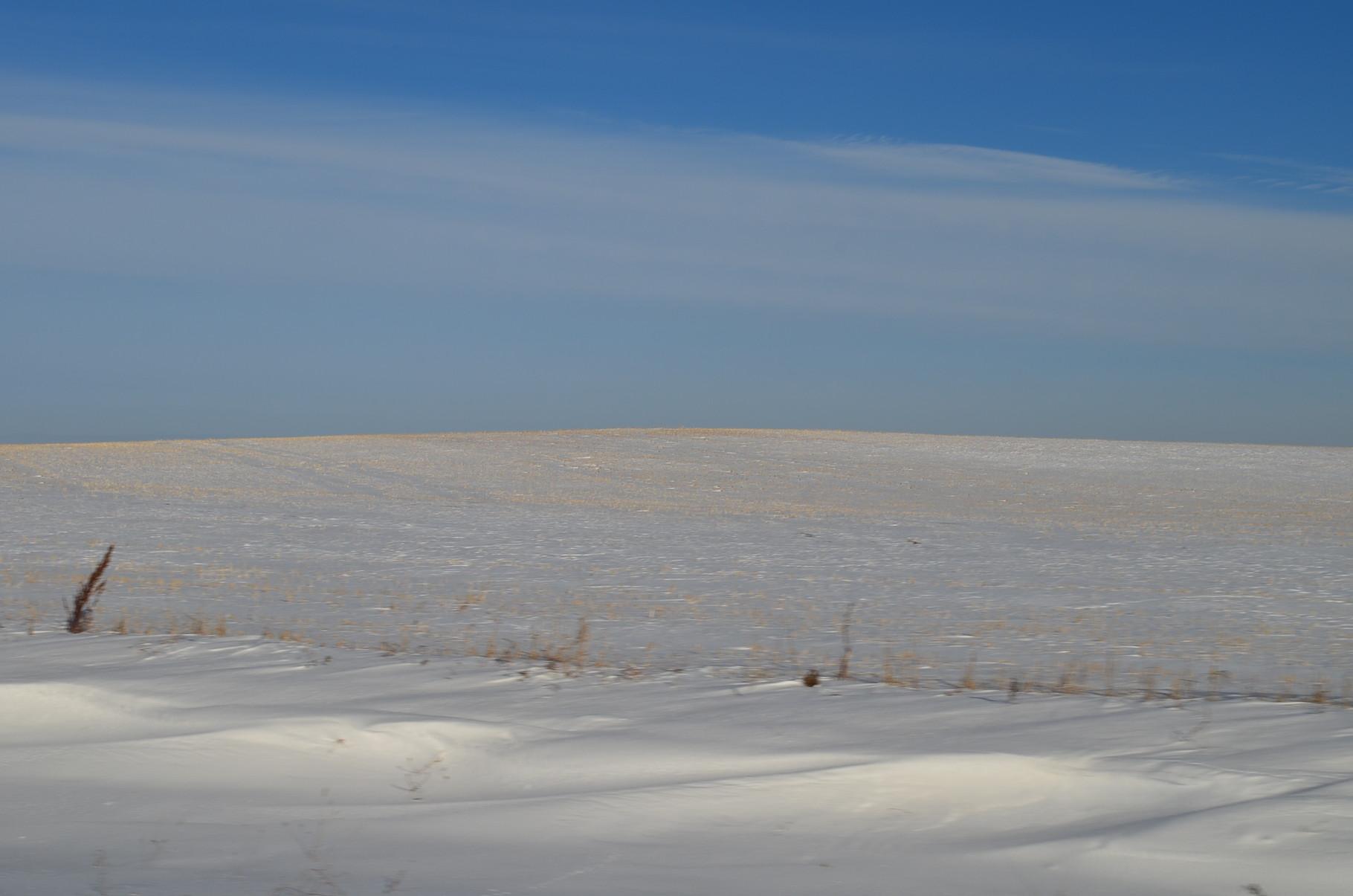 Felder mit abgeschnittenen Halmen und Schnee