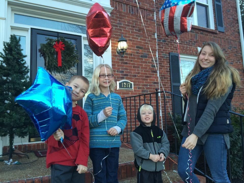 Luftballons mit Wünschen und Vorsätzen steigen lassen