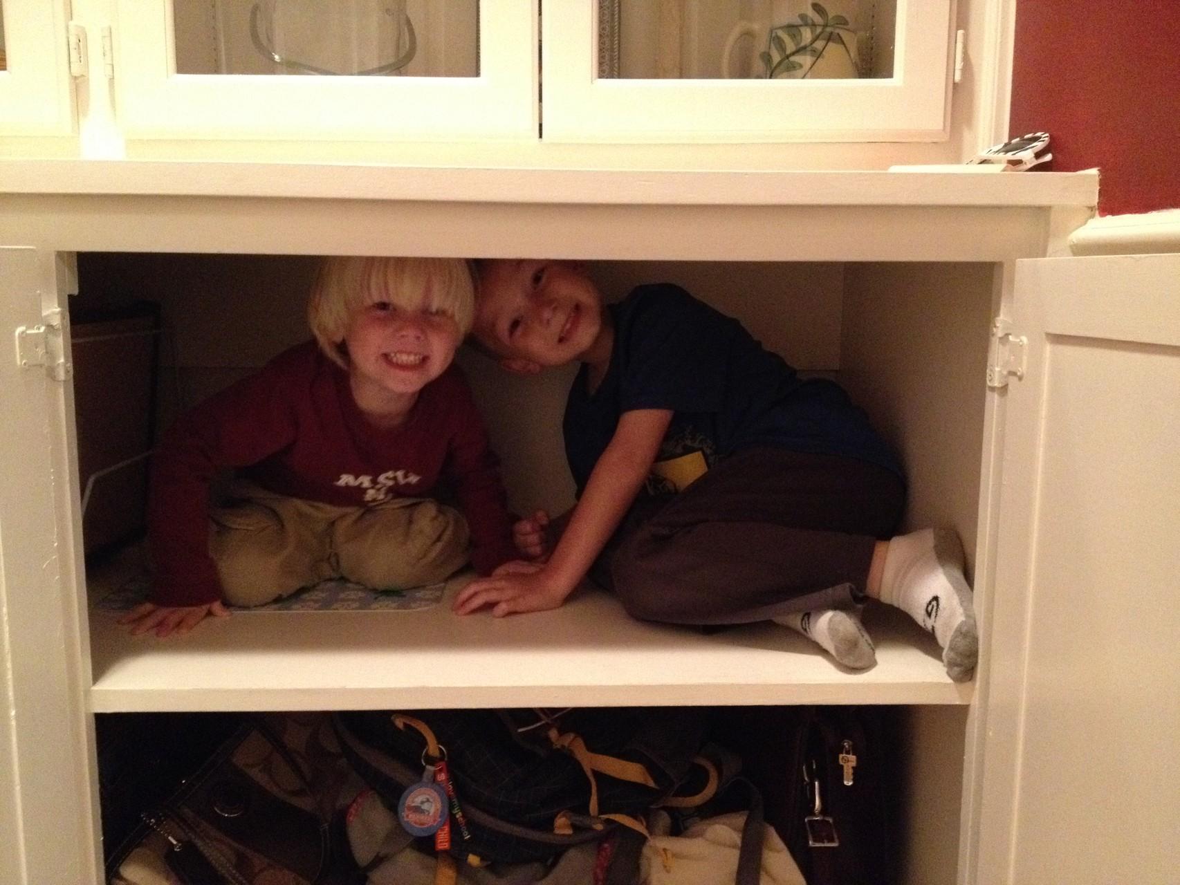 meine zwei Jungs im Schrank