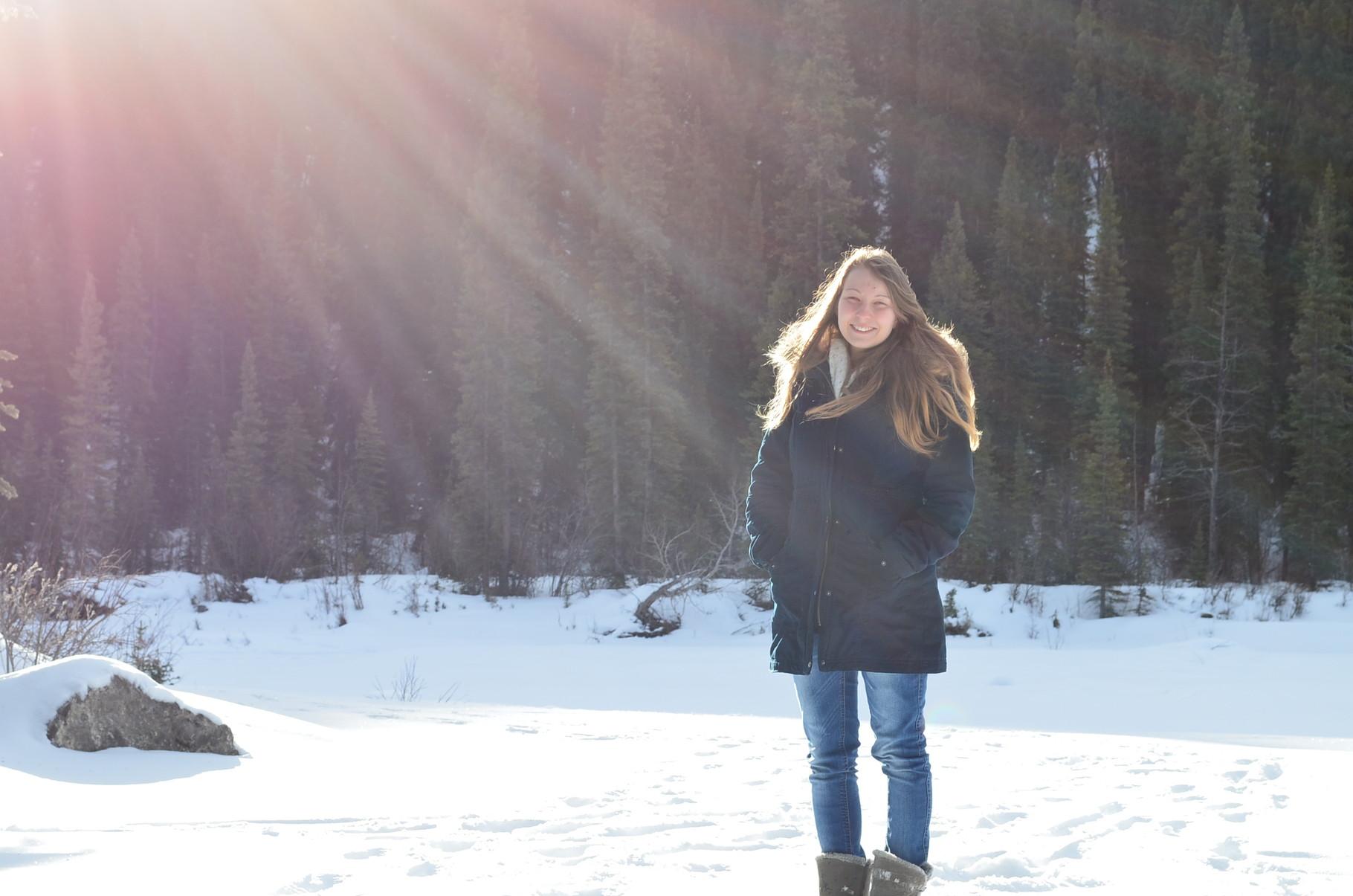 Ich auf dem zugefrorenen und eingeschneiten Fluss