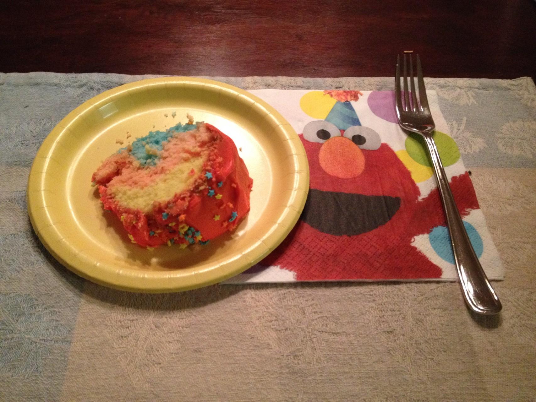 ...mit Regenbogenkuchen und Elmo-Servietten!
