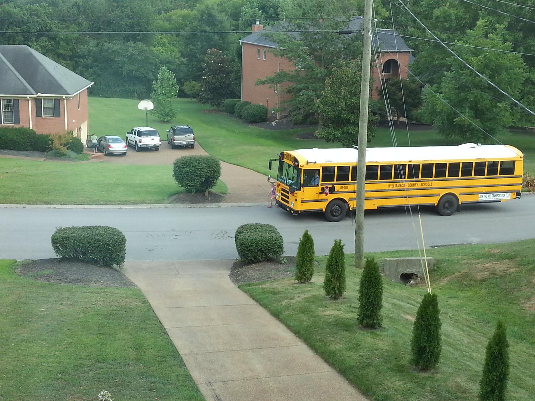 Hat was wenn der (GELBE!!!!) Schulbus direkt vor der Haustür hält :-)