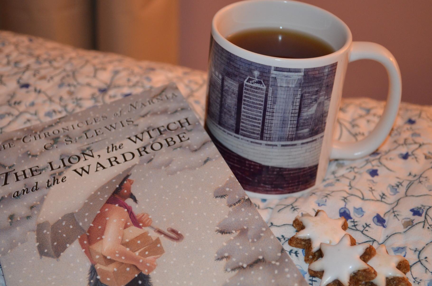 """Lesestoff """"The Chronicles of Narnia"""" (hier das 2. Buch → ist der 1. Film) und Tee ♥"""