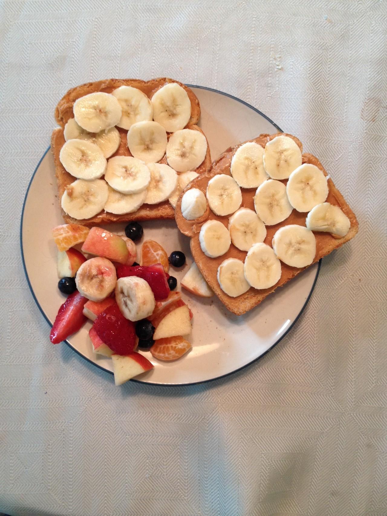 Peanutbutter-Banana-Sandwich mit Früchten