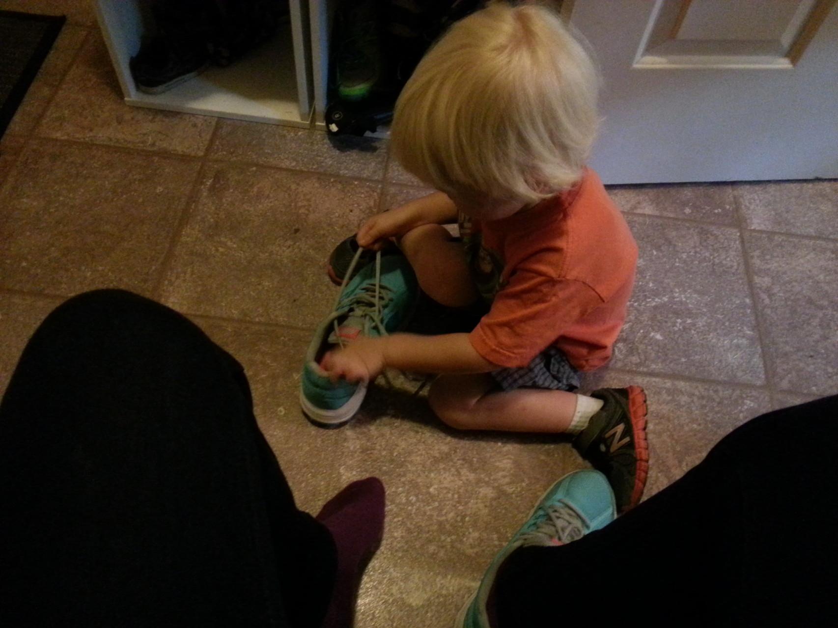 da ich ihm immer helfe, möchte er nun mir helfen meine Schuhe anzuziehen