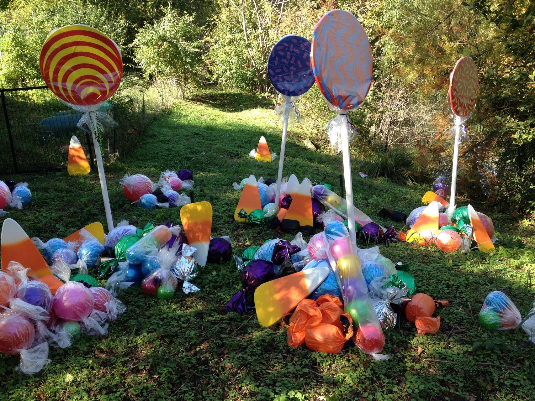der Zoo ist für Halloween mit Süßigkeiten dekoriert worden