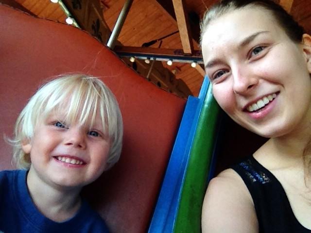 zusammen auf dem Karussell im Zoo