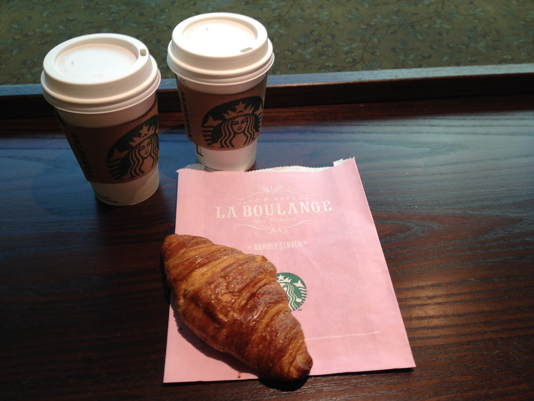 einen Kaffee bei Starbucks geschenkt bekommen, das Croissant war noch warm!