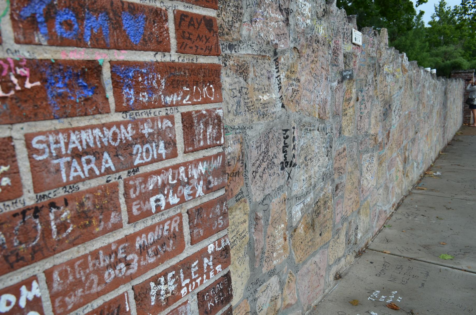 Mauer um das Grundstück