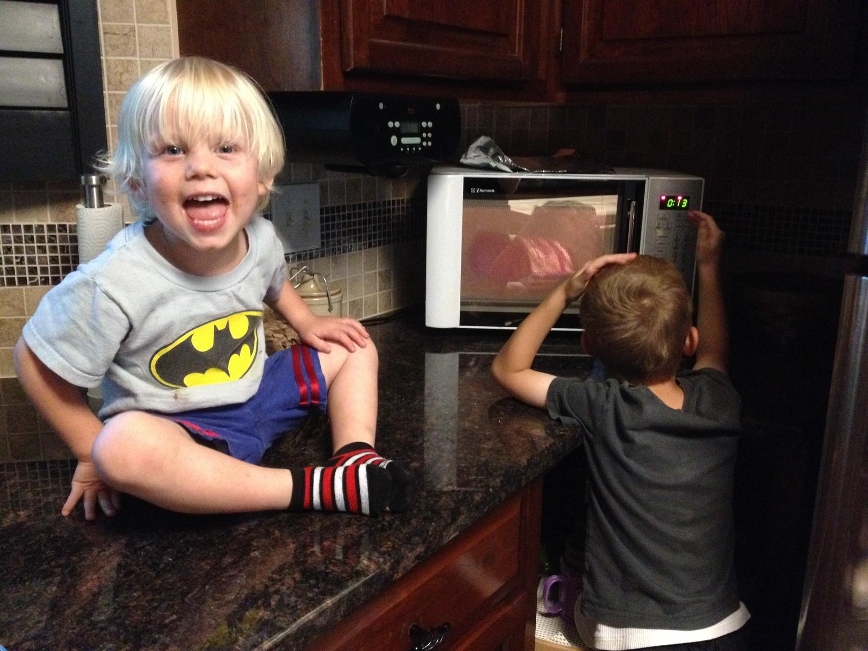 gespannt warten, dass das Mikrowellen-Popcorn fertig ist