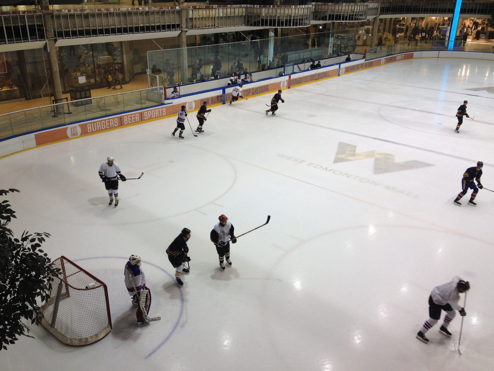 ...und Eislaufbahn! Tatsächlich noch bisschen Eishockey gesehen!