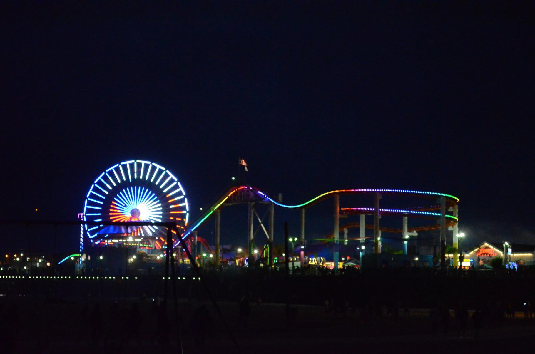 Park auf dem Pier bei Nacht