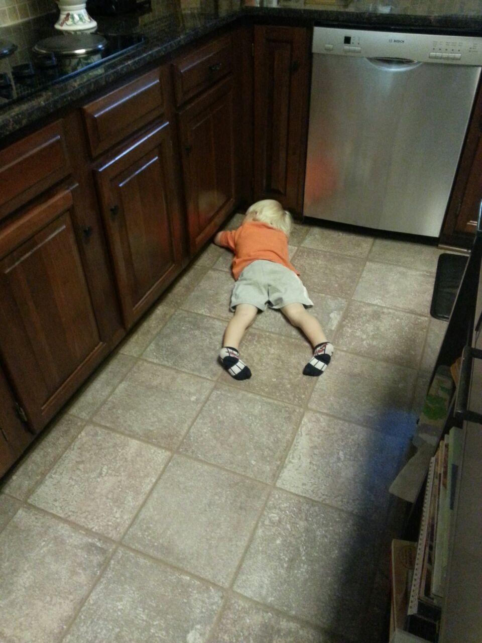 Ich habe mich gewundert warum es plötzlich so leise war...auf dem Küchenboden eingeschlafen :)