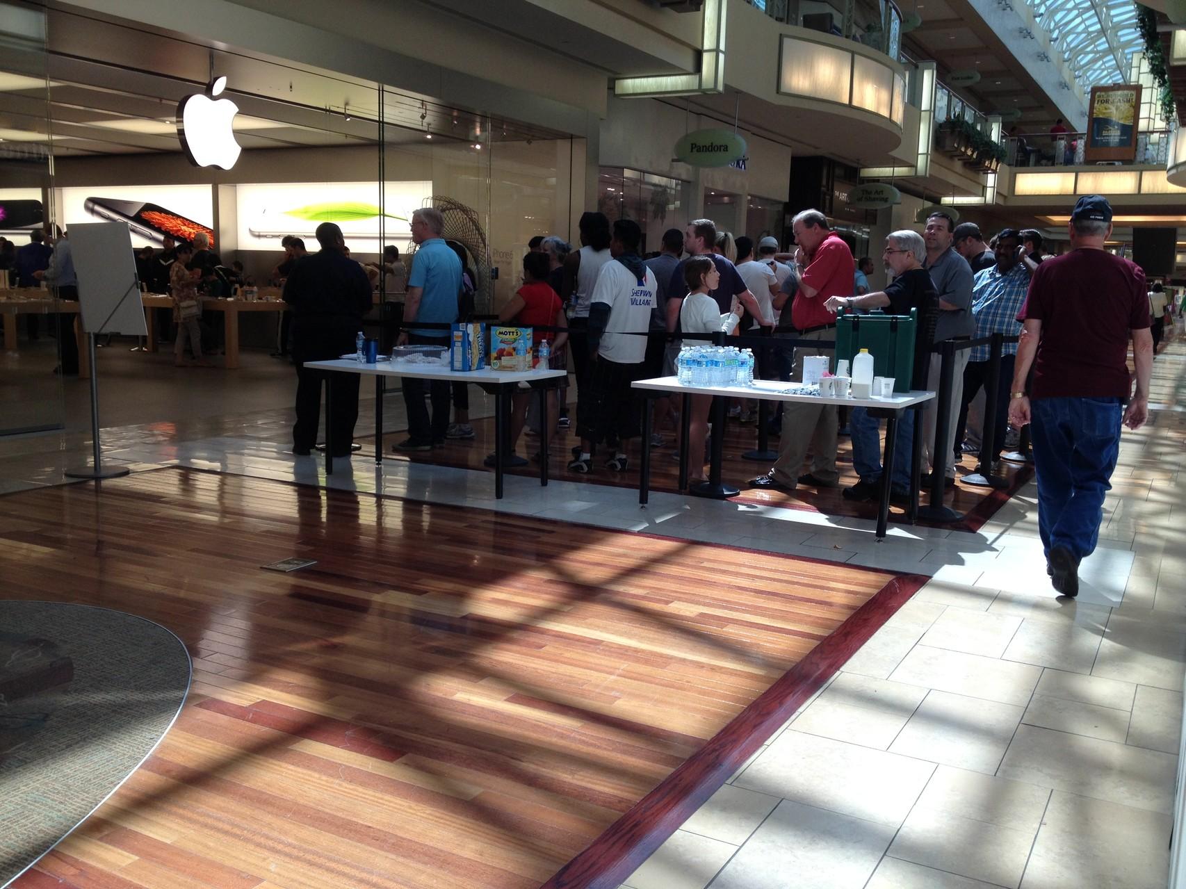 Schlange vor dem Apple Shop