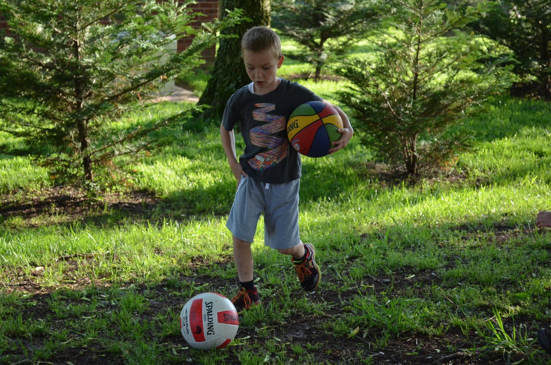 A. spielt Ball