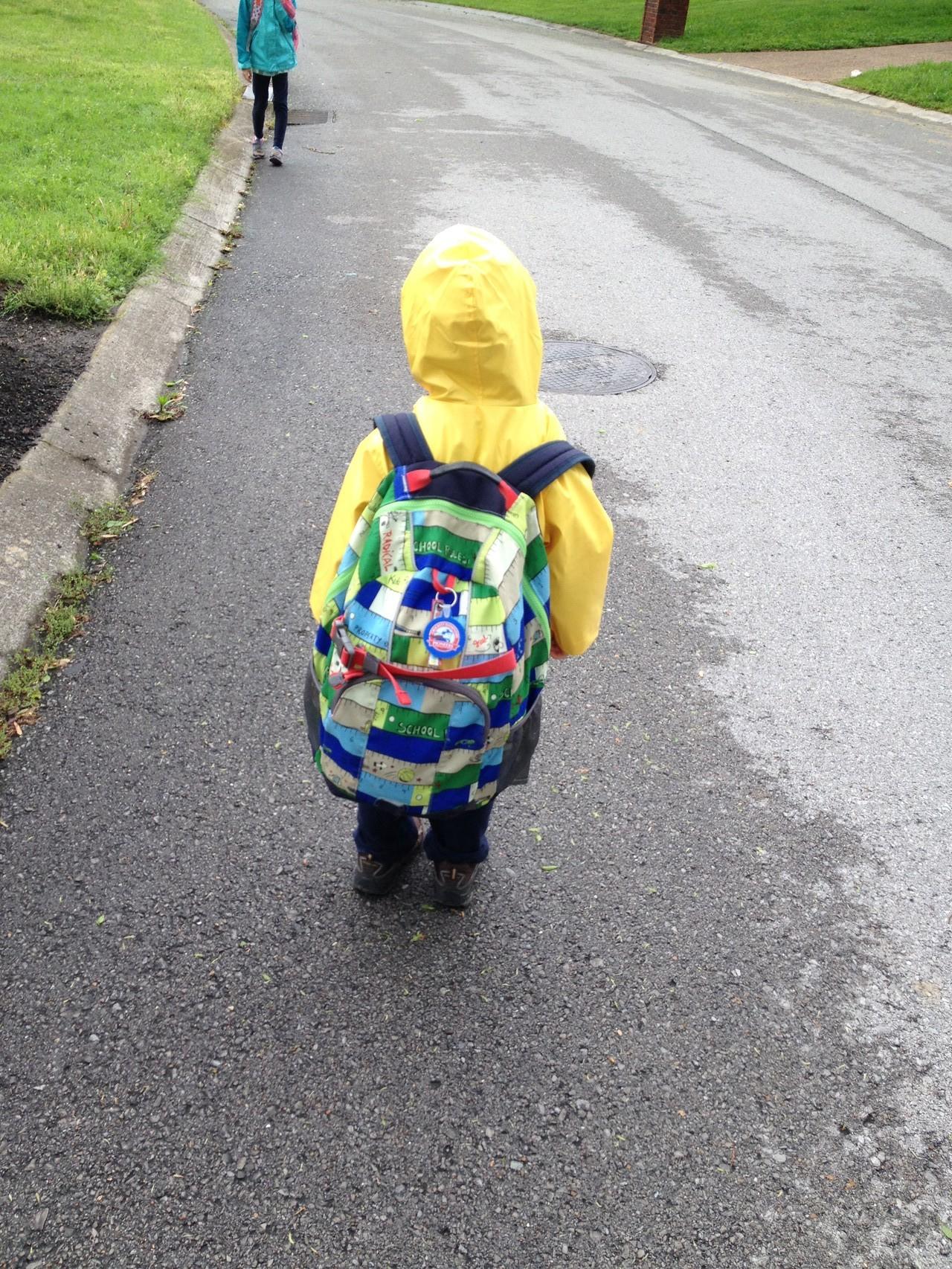 der kleine Bruder trägt den Schulrucksack (ja das ist der den ich repariert habe!)