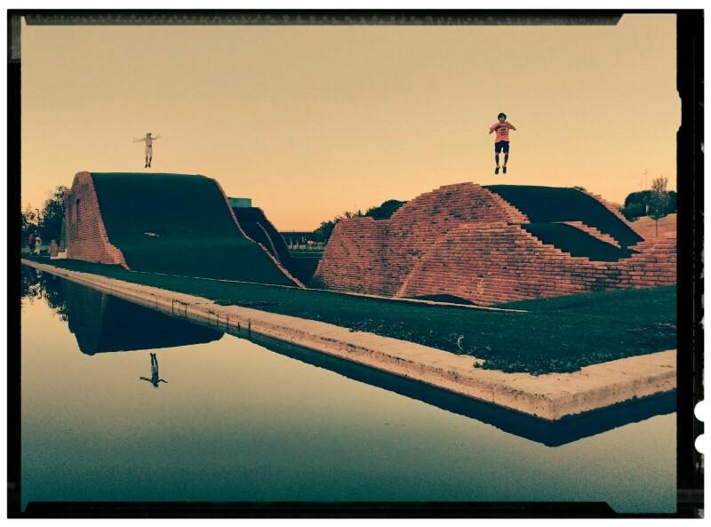 Parque Juan Carlos I. Estanque Artificial. Césped artificial. Niños saltando felices.