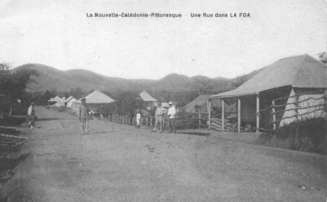 La Foa : maisons coloniales le long d'une rue