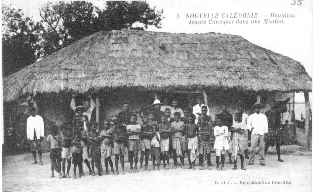 Houaïlou : jeunes canaques devant une mission