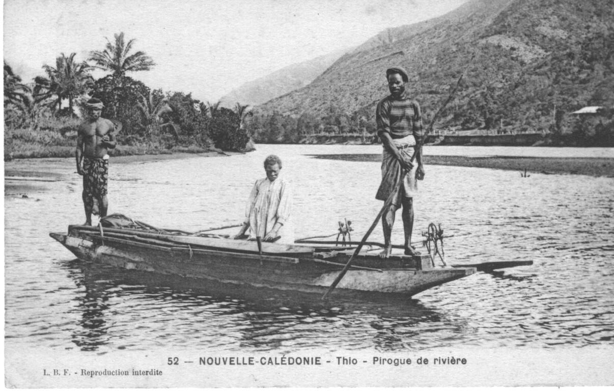 Thio : canaques sur une pirogue traversant la rivière