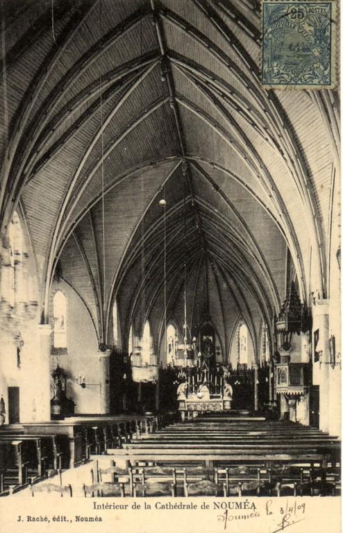 Nouméa : intérieur de la cathédrale, la nef et l'autel