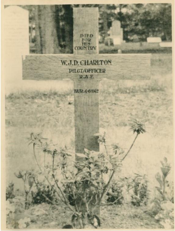 Collectie:     Collectie Andries Jansen Beschrijving:     Oorlogsgraf van een gevallen Engelse piloot van het 408 squadron. Een eenvoudig houten kruis op een kerkhof met opschrift: ´Died for his country´. W.J.D. Charlton. Pilot/officer R.A.F. Bur. 4-6-194