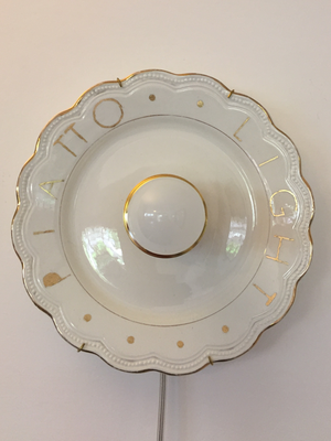 Piatto Light, 2018 - porcellana, foglia d'oro, attacco elettrico standard
