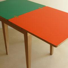 Tavolo PESCI aperto, piani laminato 2 colori; cm.140x70
