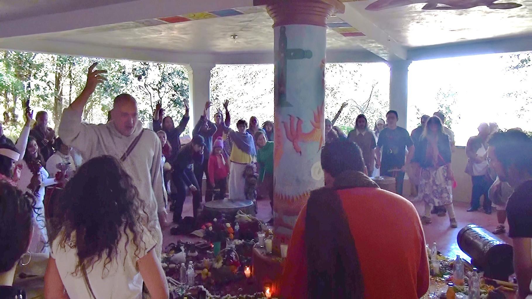 Pascal K'in leitet ein Ritual während einer Sonnenwendzeremonie in Chiapas, Mexiko...