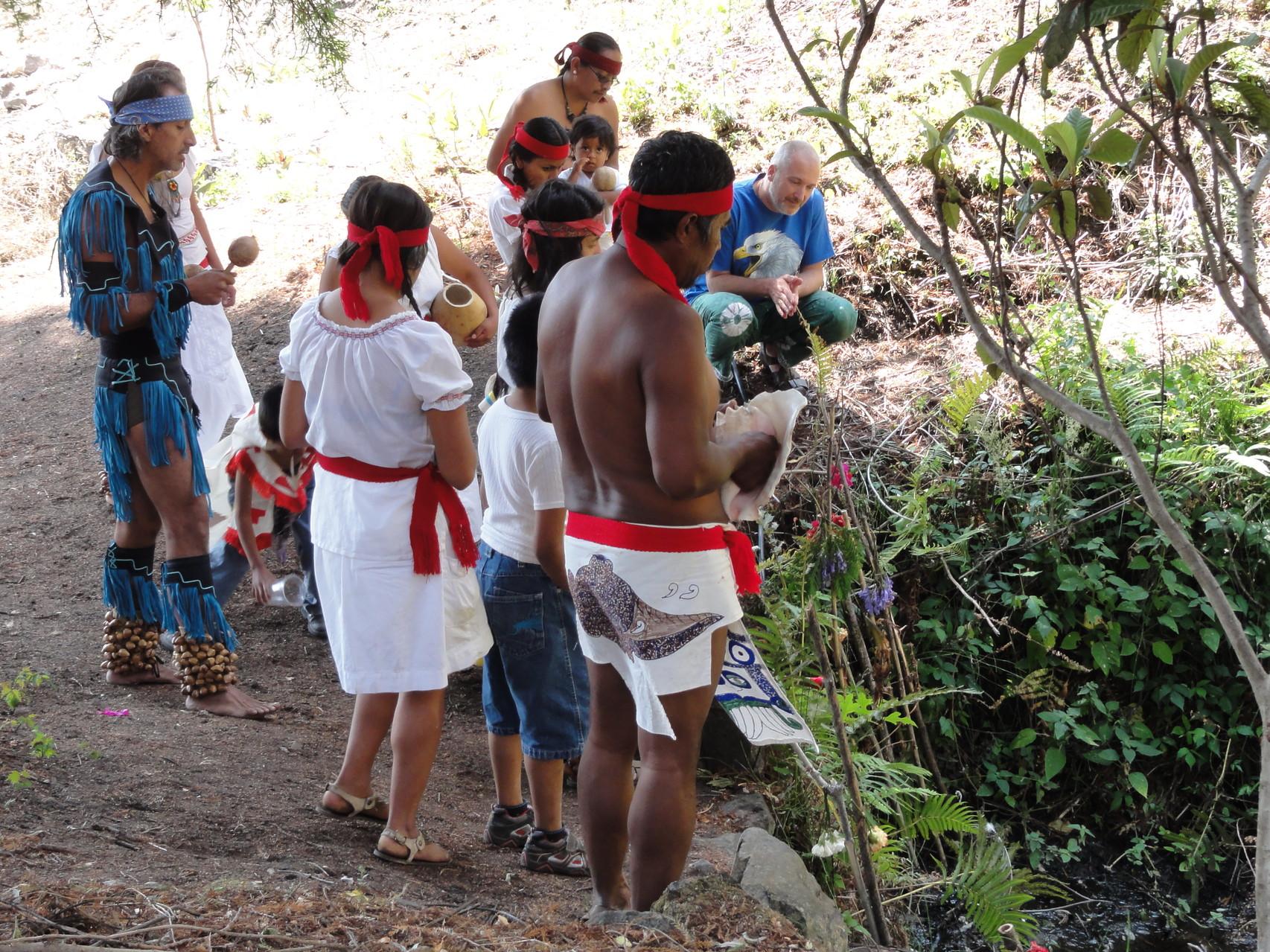 das Wissen alter Wasser- und kosmischer Zeremonien bewahren/