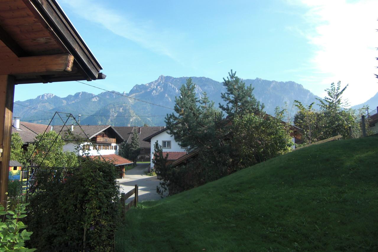 Blick vom Garten auf den Tegelberg