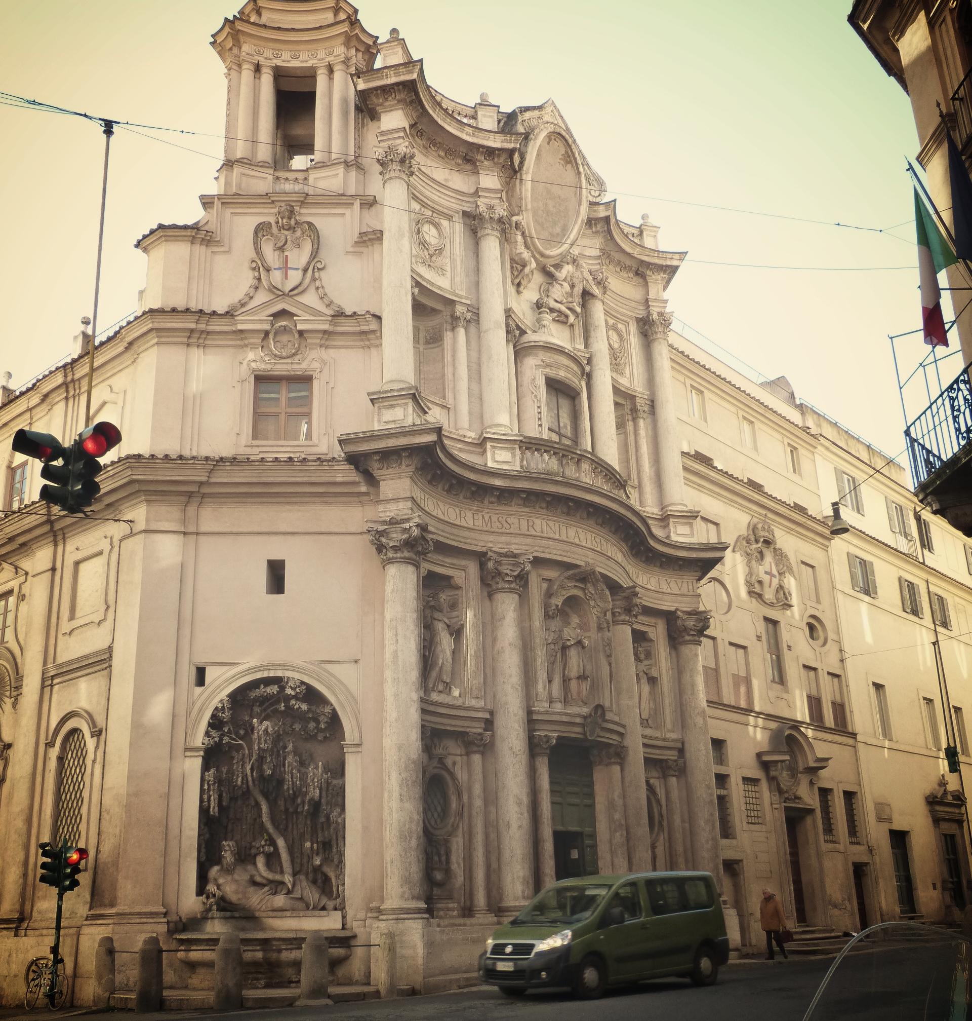 Fassade der Chiesa S. Carlino alle quattro Fontane und einer der vier Brunnen.